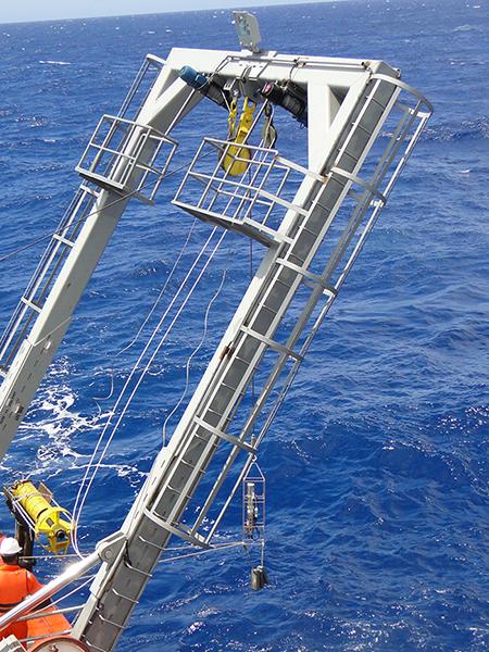 Lançamento de CTD para aquisição de parâmetros físicos da água do mar