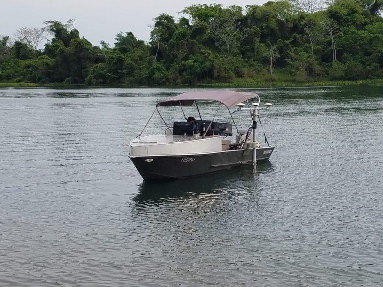 Barco montado com sistema multifeixe para levantamentos em lagos, rios e represas